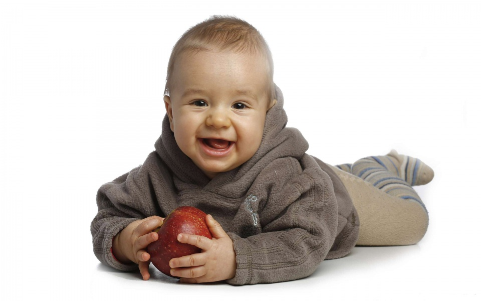 baby with red apple-960x600